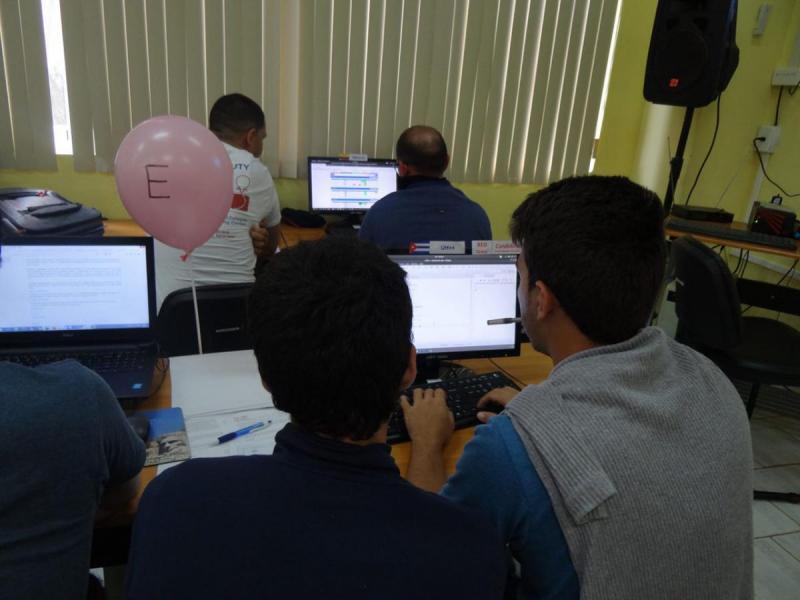 La dinámica de este evento es similar a la del ICPC, pero cada equipo contribuye con sus aceptados y penalidad a su grupo (Rojo, Azul o Violeta).