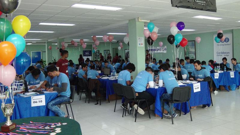 Equipos resolviendo los problemas en la Final Regional del Caribe del ACM-ICPC.