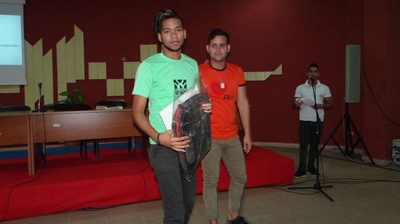 Carlos Yordan González, quien obtuvo Mención en el Concurso Nacional de Computación 2017, recibió un reconocimiento de manos de Alejandro Álvarez Chirino, presidente de la FEU en la Facultad 1