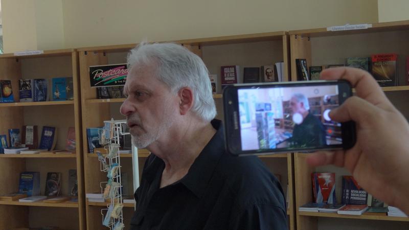 El intelectual Arnold August en la Librería de la UCI.