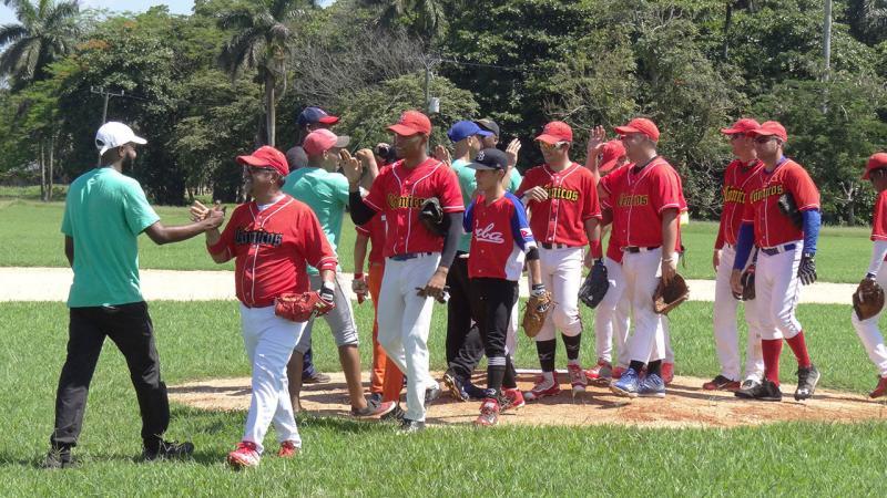 Encuentro amistoso de béisbol.