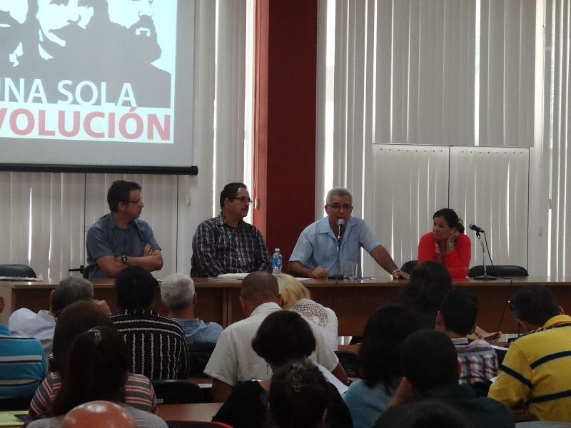 Los visitantes conversaron con los catedráticos universitarios sobre la labor que se lleva a cabo para alistar el Centro de Estudios del Pensamiento de Fidel.
