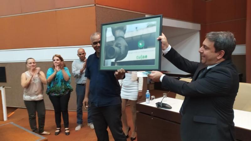 El rector de la UCI Dr.C. Walter Baluja García, recibió de su homólogo de la Universidad Tecnológica de La Habana el sello Aniversario 55.