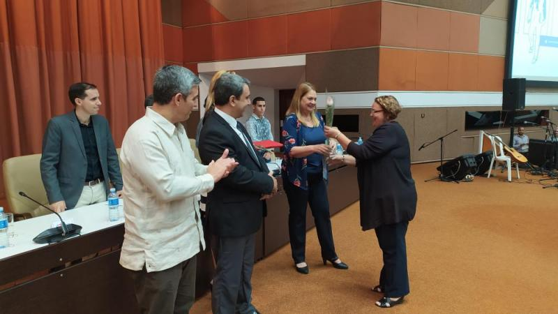 De manos de las máximas autoridades de la institución y de los funcionarios del MES y del Ministerio de las Comunicaciones, profesores de la Universidad recibieron la Distinción por la Educación Cubana.