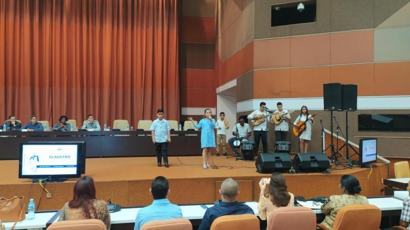 Al compás de las canciones interpretadas por el proyecto El punto cubano, de la Casa de la décima de Mayabeque, concluyó este claustro solemne.