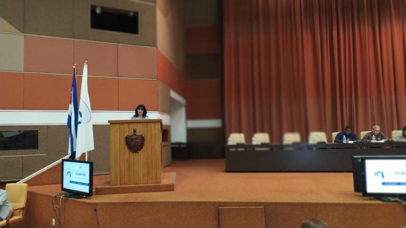 La MSc. Delly Lien González Hernández al intervenir en representación de los profesores fundadores, relató los lazos familiares que la unen con este centro de educación superior.