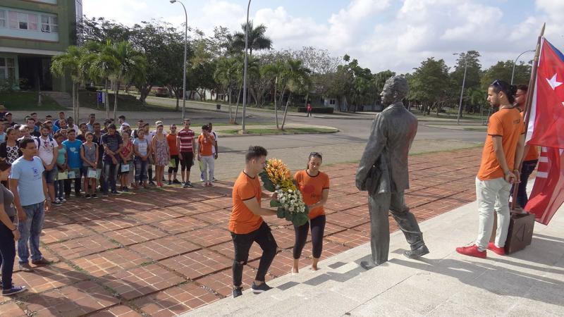 Dirigentes estudiantiles colocan ofrenda floral al líder Julio Antonio Mella.