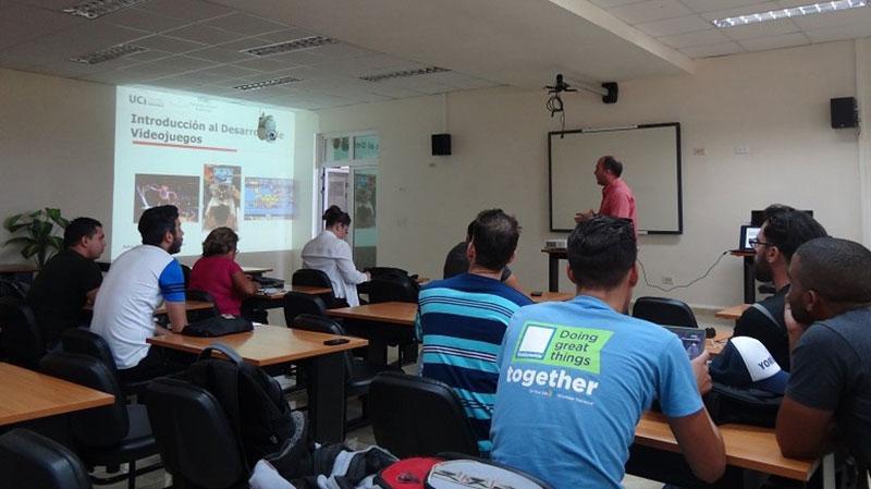 El aula Alan Turing de la Facultad 4 acoge el curso Introducción al desarrollo de videojuegos, que imparte el Dr.C. Omar Correa.