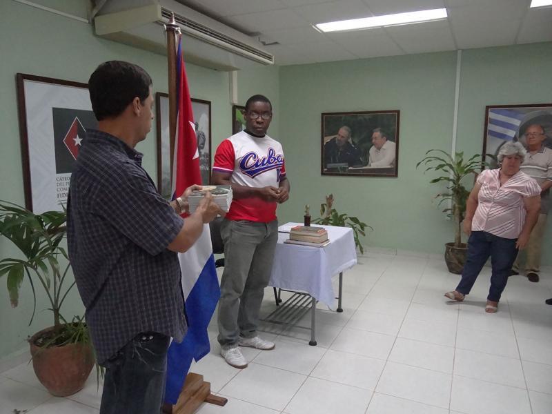 Entrega de libros sobre nuestro Comandante Fidel Castro
