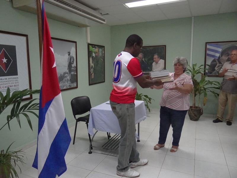 Silvano Merced hace entrega de todos los materiales a Centro de información Científico Técnica