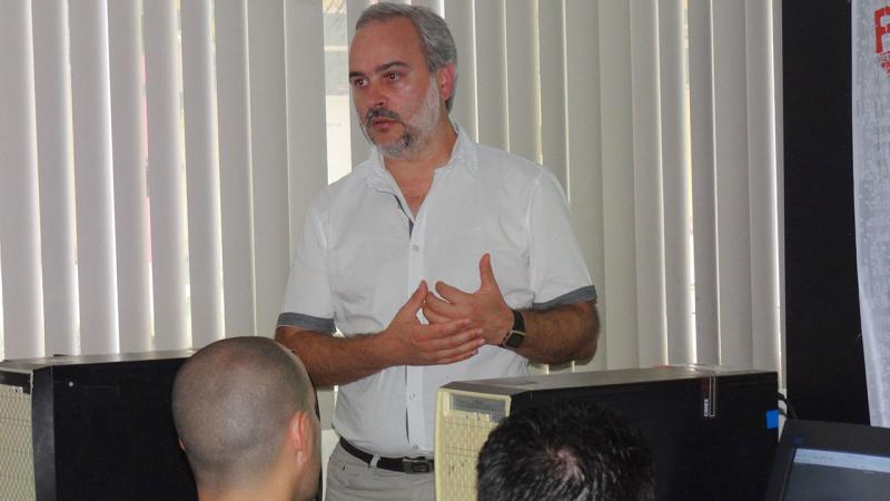 Profesor Lic. Fernando Fontana, de Uruguay, impartiendo el entrenamiento Optimización de PostgreSQL.