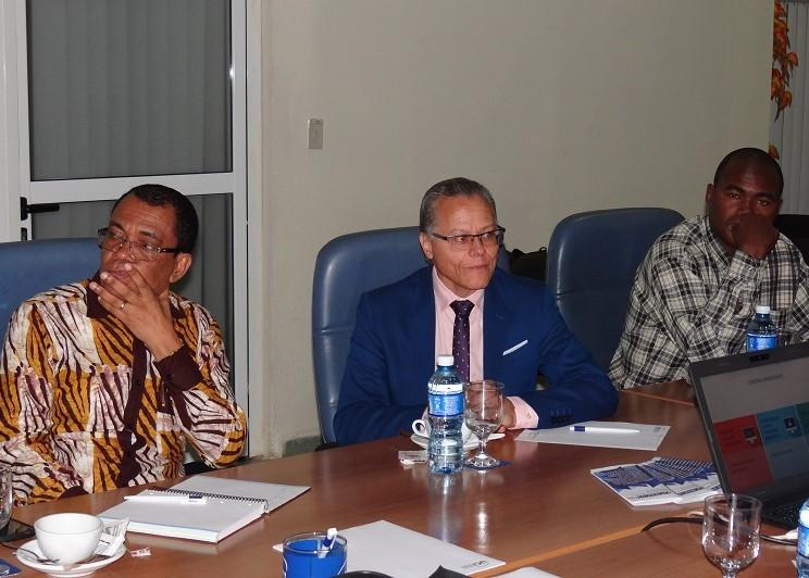 De izquierda a derecha: Zé Maria Boyoth, funcionario de la Embajada de Angola en Cuba y representante de los estudiantes angolanos; Eugénio Alves da Silva, secretario de Estado para la Educación Superior de Angola y José Luis Campaneoni, del Departamento de Exportaciones del Ministerio de Educación Superior.