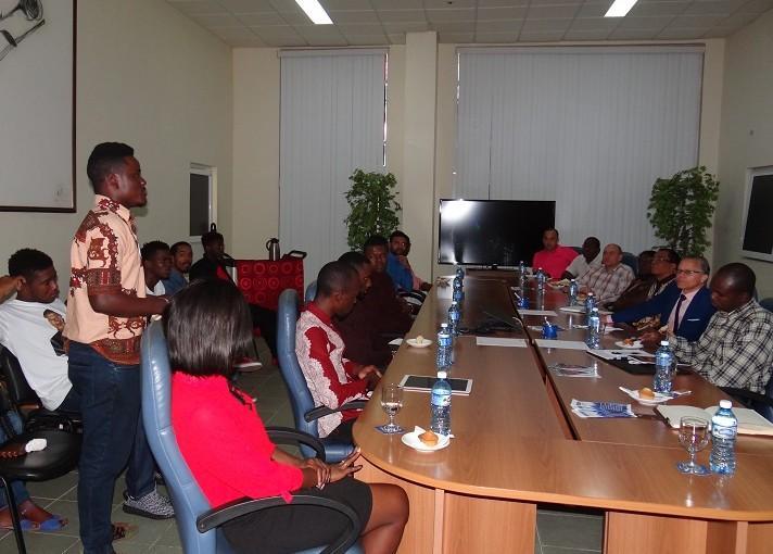 El funcionario se reunió con una representación de los estudiantes angolanos de la UCI.