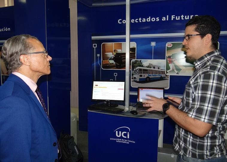 Yerandy Manso, director del centro Fortes, presentó al visitante la pataforma educativa ZERA.