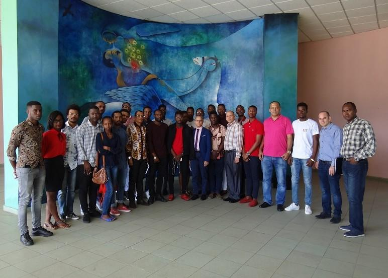 El Secretario compartió con los alumnos angolanos que estudian en la UCI.