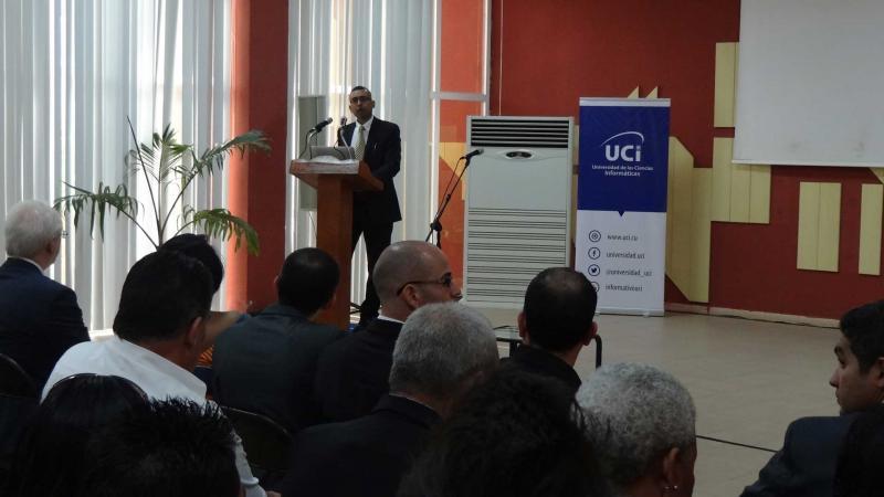 El Dr.C. Sanjay Goel impartió una conferencia sobre ciberseguridad en la UCI.