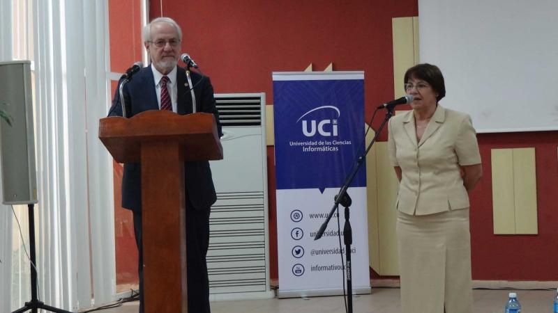 El Dr.C. James R. Stellar, presidente de la Universidad de Albany, Nueva York, agradeció la acogida a su delegación.