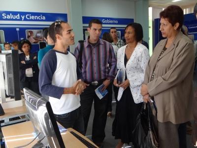 Ministra de Educación de Cuba, Dra. Ena Elsa Velázquez Cobiella (a la derecha) y la Rectora de la Univeridad de las Ciencias Informáticas, Dra. Miriam Nicado García.