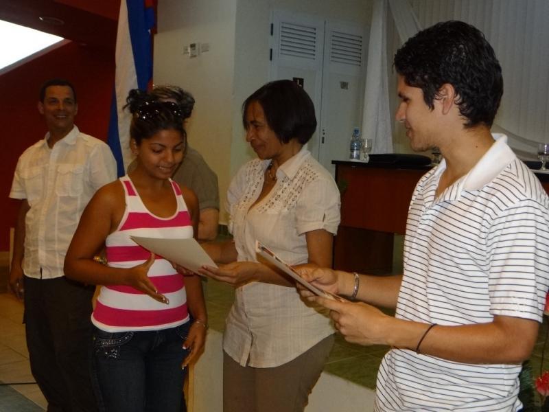 La Rectora de la UCI entrega diplomas de Reconocimiento a estudiantes destacados.