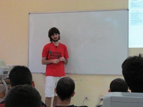 El profesor argentino escuchó las ideas de los concursantes acerca de las soluciones de los ejercicios.