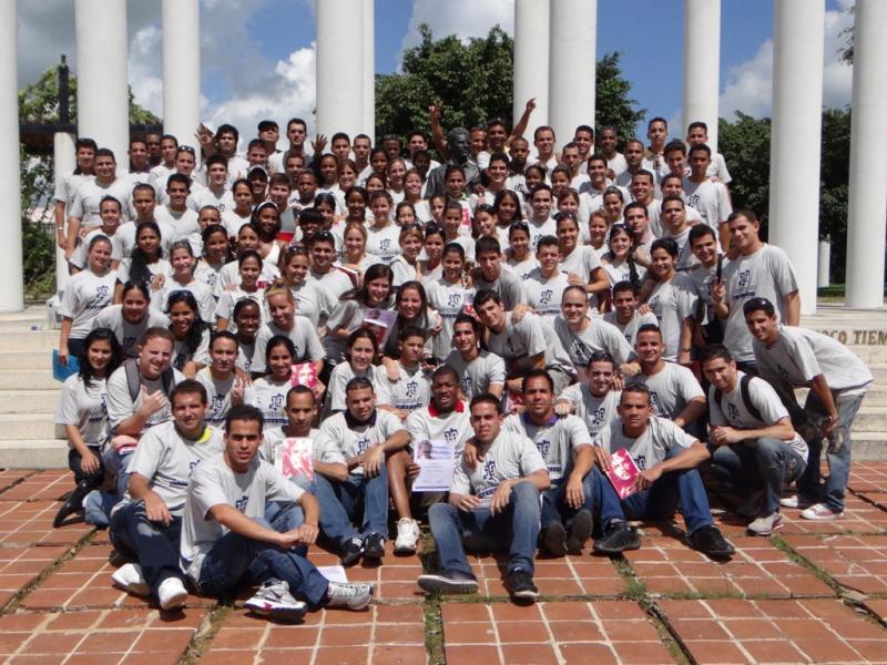Los graduados de la Facultad 5 en la emblemática Plaza Mella de la UCI.