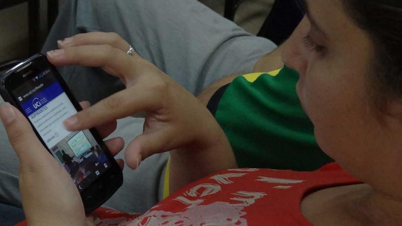 Portal de la UCI desde un teléfono celular.