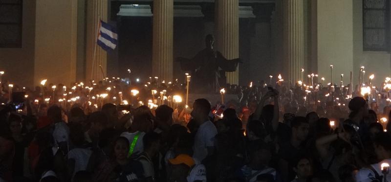 Protagonizan jóvenes cubanos marcha de las antorchas