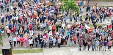 La comunidad universitaria rindió homenaje al más universal de los cubanos en la Plaza Martiana. Foto: Juan Félix Hernández Rodríguez, Evelio Antonio Piedra Cueria y Juan Pablo Hernández Mirabal