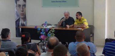 Conferencia de Arnold August, periodista y conferencista canadiense