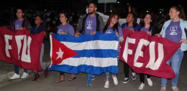 Los jóvenes de la Universidad enarbolan los ideales de Fidel y Mella, en el desfile inaugural de los Juegos Mella 2020