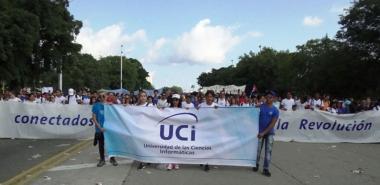 Carteles con mensajes de apoyo a la Revolución Cubana y a su nueva dirección, banderas, creatividad, alegría y entusiasmo fueron los principales ingredientes de esta fiesta de los trabajadores