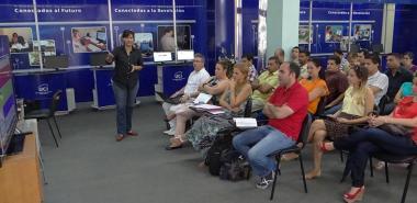 Como parte del proceso de autoevaluación de la UCI, la Ing. Irina Brito Reyes, directora de Producción, junto a líderes de la red de centros, presenta a evaluadores y coordinadores los productos de la Universidad.
