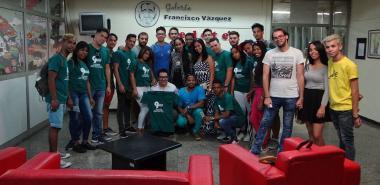 En la Galería Francisco Vázquez, del suplemento humorístico Dedeté, el subdirector Yurisander Guevara junto a los estudiantes de la UCI, quienes le obsequiaron un pulóver con el logo del 9no. Congreso de la FEU