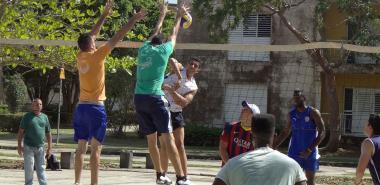 Estudiantes de la Universidad de Ciencias Médicas de Cienfuegos y la UCI participaron en la jornada de este viernes en un encuentro deportivo