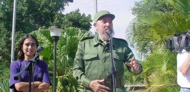 Fidel en la UCI el 12 de diciembre de 2002, a su lado la primera Presidenta de la FEU de la UCI, actual Directora de Cuadros de la institución.