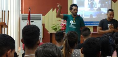 Dirigentes estudiantiles de la UCI incentivaron la participación del alumnado en la tradicional caminata hasta San Pedro, donde reciben el carné de la FEU