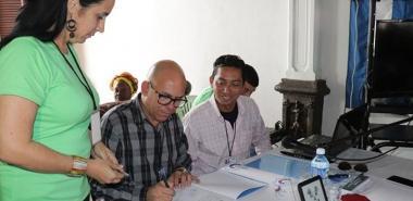 Ediciones Futuro, de la UCI, representada por Raynel Batista selló su alianza de trabajo a través de la firma de un convenio de trabajo con la Universidad de Holguín, corroborado por el Dr. C. Reynaldo Velázquez Zaldívar.