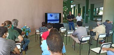En conferencia, el Dr.C. Omar Correa Madrigal, director de Información Científica-Técnica en la UCI, en compañía del M.Sc. Jorge Dayán Aguiar Cedeño, especialista de la Biblioteca Universitaria.