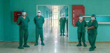 Médicos y enfermeros que enfrentan la COVID19 en el hospital Ernesto Guevara de la UCI
