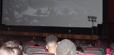 Los estudiantes de la UCI acudieron al cine Yara para ver la película cubana Inocencia.