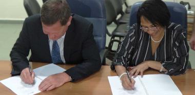 Dr Miriam Vladimir Vasilyev and Dr. Miriam Nicado García sign the collaboration agreements. Photo: YosbelFaleroVento