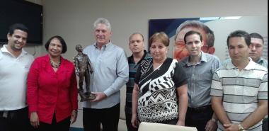 La Dra.C. Miriam Nicado García, rectora de la UCI, en nombre de la comunidad universitaria, hizo entrega al Presidente cubano de una réplica de la escultura de Julio Antonio Mella