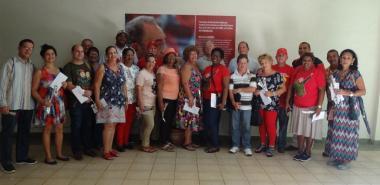 Los asistentes al encuentro entre quienes cumplieron misiones en Venezuela, quisieron guardar un recuerdo frente a la foto de Fidel en el docente José Antonio Echeverría