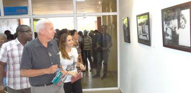 In the company of the FEU national president, Jennifer Bello Martínez, the president of Ocean Sur Publishing House, David Deutschmann, inaugurated the exhibition