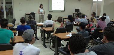 Tutores, oponentes y aspirantes a doctores en Ciencias Educativas reciben la conferencia sobre el uso de LaTeX, impartida por la Dr.C. Rosana Montes Saldado, de la Universidad de Granada