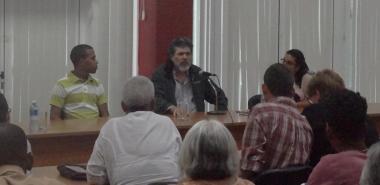 Abel Prieto Jiménez y Héctor Miguel Niles Ávalos durante el conversatorio con la comunidad universitaria.