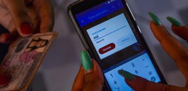 Persona utiliza la aplicación Portero en su celular