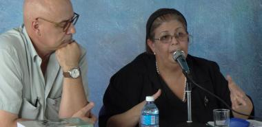 """La Dr.C. Eloísa Carreras y Gabriel Navarrete durante la presentación de su libro compilado """"Adagios Martianos""""."""