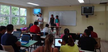 Estudiantes exponiendo en II Jornada Científica Estudiantil