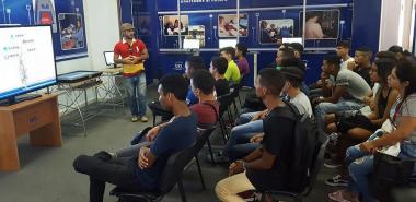Estudiantes de primer año de la Facultad 2 visitan el Salón de Exposiciones de Aplicaciones y Sistemas Informáticos de la Universidad.
